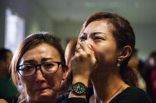 Thân nhân hành khách chờ tin ở sân bay Juanda, Indonesia. Ảnh: EPA