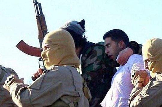 Trung úy Muath al-Kasaesbeh (sơ mi trắng) bị bắt hôm 24-12. Ảnh: Twitter