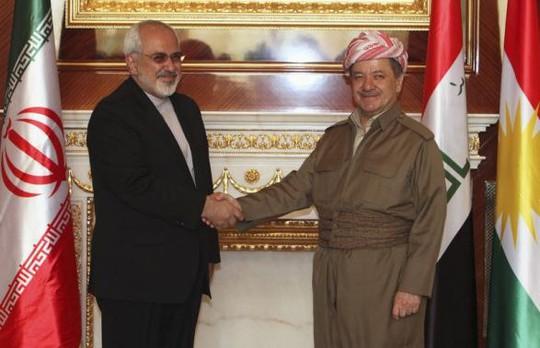 Tổng thống người Kurd Masoud Barzani (phải) bắt tay Ngoại trưởng Iran Mohammad Javad Zarif tại thủ phủ Arbil hôm 26-8. Ảnh: Reuters