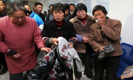 Thân nhân học sinh trong vụ người đàn ông dùng dao đâm chết 2 người và làm bị thương 11 người khác, gồm 6 học sinh tiểu học ở Thượng Hải hồi tháng 3 năm ngoái. Ảnh: Global Times