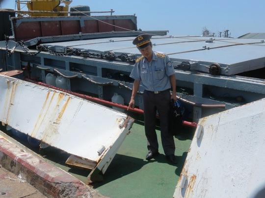 Cán bộ Cục Kiểm ngư kiểm tra hư hỏng thiệt hại của tàu KN 629