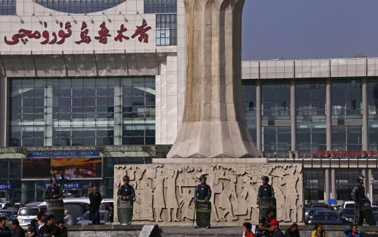 Cảnh sát vũ trang đứng bảo vệ nhà ga thành phố Urumqi hôm 2-5, sau khi địa điểm này bị đánh bom. Ảnh: Reuters