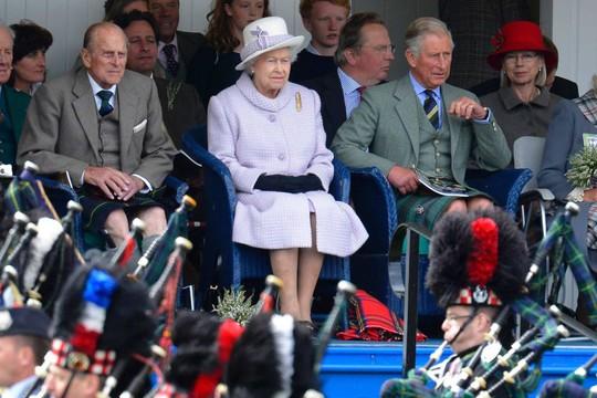 Nữ hoàng Elizabeth II (giữa) xem một ban nhạc biểu diễn ở Scotland. Ảnh: Reuters