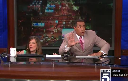 2 phát thanh viên đài KTLA đã chui xuống gầm bàn. Ảnh: Business Insider