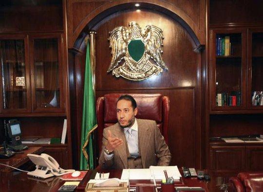 Al-Saadi, con trai thứ ba của cựu lãnh đạo Libya Muammar Gaddafi tại văn phòng năm 2010. Ảnh: Reuters