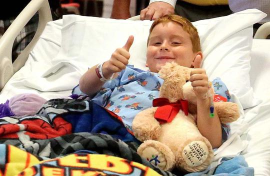 Cậu bé James Barney Jr. đang hồi phục tại bệnh viện. Ảnh: Twitter