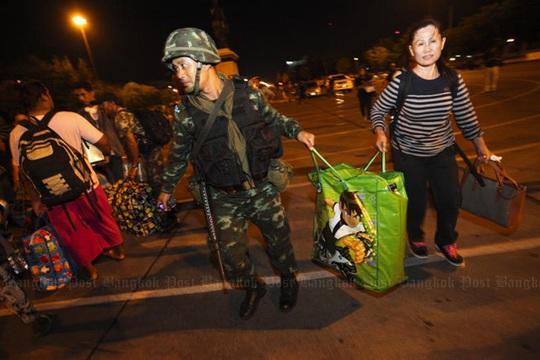Người biểu tình thuộc phong trào PDRC được binh lính giúp đỡ trở về nhà. Ảnh: Bangkok Post