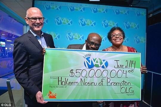 Greg McKenzie, phó chủ tịch OLG (trái) trao giải thưởng trị giá 50 triệu USD cho vợ chồng ông Hakeem hôm 2-6. Ảnh: Daily Mail