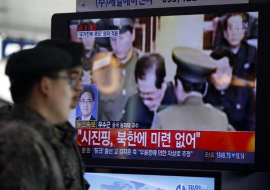 Binh sĩ Hàn Quốc theo dõi vụ bắt giữ ông Jang Song Thaek trên truyền hình tại nhà ga Seoul. Ảnh: Reuters