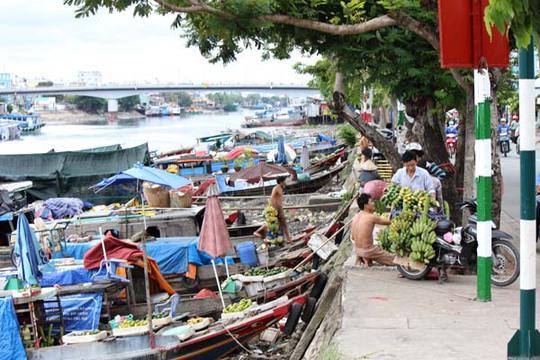 Rất nhiều xuồng ghe đậu bên bờ kênh Tẻ để buôn bán các loại trái cây.