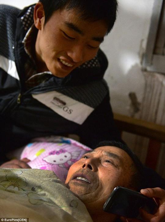 <p>Chăm sóc cho người cha bại liệt trong khi học đại học. Ảnh: EuroPics</p>