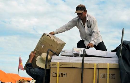 Chuyển hàng điện tử, hàng điện lạnh ra đảo Lý Sơn phục vụ nhu cầu của người dân khi có điện lưới quốc gia