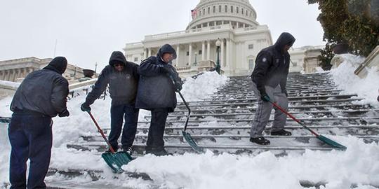 Công nhân dọn tuyết ở thủ đô Washington. Ảnh: AP