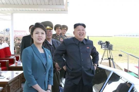 Lãnh đạo Kim Jong-un cùng vợ xem một cuộc thi bay của Không quân Triều Tiên tháng 5-2014. Ảnh: Reuters