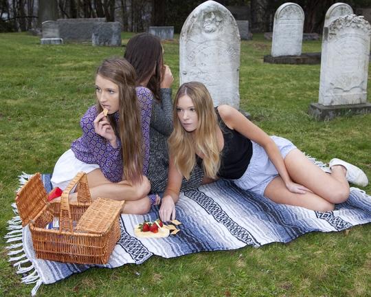 Georgia cấm đi dã ngoại trong nghĩa trang. Ảnh: Wired.