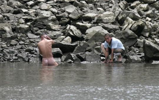 Người dân Triều Tiên tắm rửa ở sông Áp Lục. Ảnh: Reuters