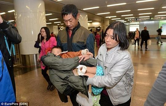 BéQiang Qiang được đưa vào bệnh viện
