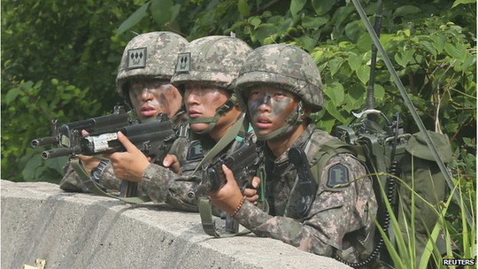 Thanh niên Hàn Quốc đô tuổi 20 phải thực hiện nghĩa vụ quân sự trong 2 năm. Ảnh: Reuters