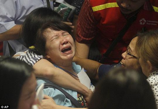 AirAsia QZ8501: Tiếng khóc thảm thiết của người nhà nạn nhân