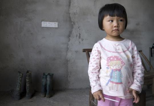Bé gái 2 tuổi Xu Yilin ở thị trấn Dapu có nồng độ chì trong máu cao gấp 3 lần tiêu chuẩn an toàn. Ảnh: Reuters