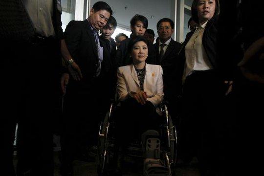 Thủ tướng Yingluck đến văn phòng NACC từ Văn phòng Thư ký thường trực Quốc phòng hôm 31-3. Ảnh: Reuters