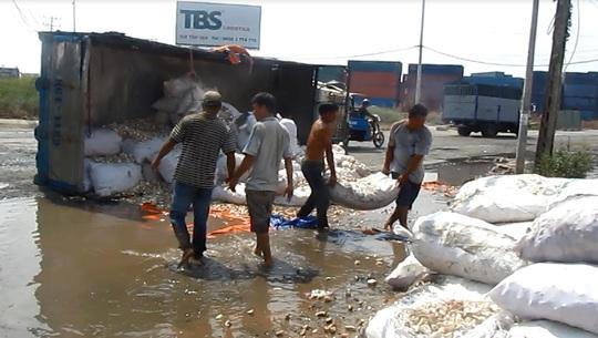 Người dân giúp tài xế thu dọn hiện trường