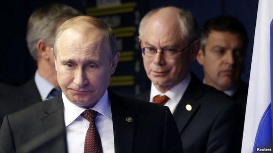 Tổng thống Nga Vladimir Putin (trái) và Chủ tịch Hội đồng châu Âu Herman Van Rompuy (theo sau) tại Brussels - Bỉ hồi tháng 1-2014. Ảnh: Reuters