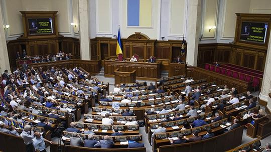 Thành viên Quốc hội Ukraine tham dự một phiên họp tại Kiev. Ảnh: Reuters