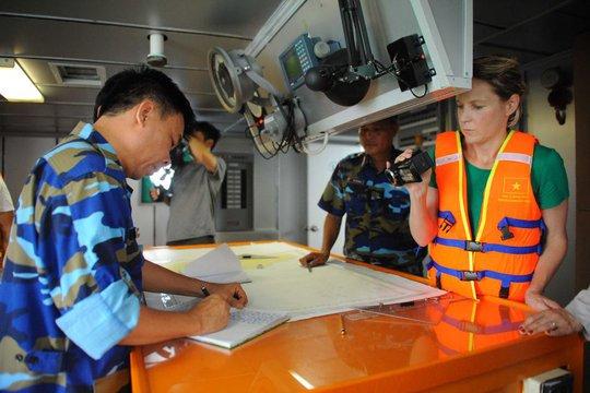 Nữ phóng viên Samantha Hawley tác nghiệp trên tàu 8003. Ảnh: CBS Việt Nam