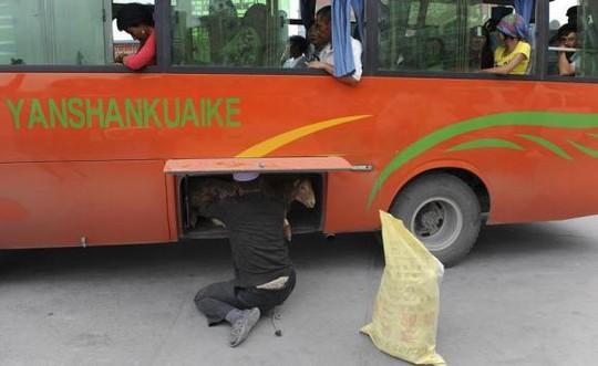 Hành khách đi xe buýt ở Tân Cương sẽ bị kiểm tra nghiêm ngặt để ngăn chặn khủng bố. Ảnh: Reuters