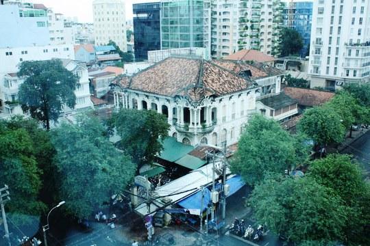 Khuôn viên ngôi nhà gồm một biệt thự chính 2 lầu, hướng mặt về phía đường Võ Văn Tần. Sau lưng là hai biệt thự nhỏ hơn mặt hướng về đường Nguyễn Thị Diệu