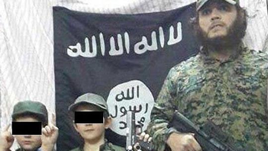 Sharrouf và những người con trai của mình. Ảnh: Twitter