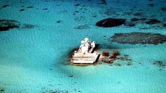 Tàu Trung Quốc từng vận chuyển sỏi và cát trên bãi Gạc Ma thuộc quần đảo Trường Sa. Ảnh: DFA