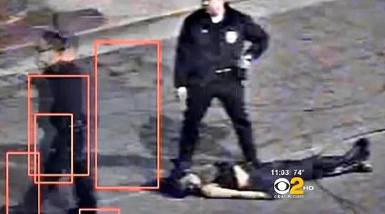 Cô gái bị thương sau cú ngã từ trên xe. Ảnh: CBS LOS ANGELES