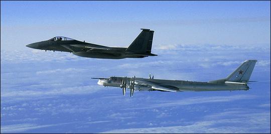 Chiến đấu cơ F-15C Eagle bay cạnh máy bay ném bom Tupolev Tu-95MS Bear của Nga. Ảnh: Wikipedia
