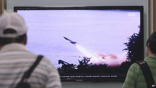 Một trong các vụ thử tên lửa của Triều Tiên phát trên kênh SBS của Hàn Quốc. Ảnh: AP