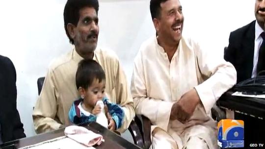 Muhammed ôm bình sữa trước tòa trong phiên xử đầu tiên. Ảnh: BBC