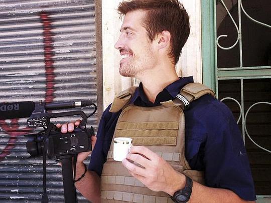 Nhà báo James Foley và phút nghỉ ngơi giữa vùng chiến sự hiếm hoi. Ảnh: AP