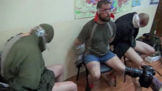 Ba thành viên SBU của Ukraine bị giam giữ tại thành phố Donetsk. Ảnh: BBC