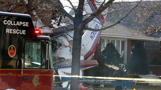 A small cargo plane is seen crashed into the side of a home in Chicago, November 18, 2014.(Reuters / Andrew Nelles)
