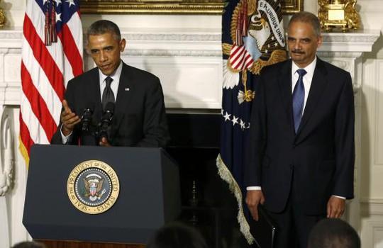 TT Obama (trái) công bố quyết định từ chức của ông Holder (phải) ngày 25-9 tại Nhà Trắng. Ảnh: Reuters