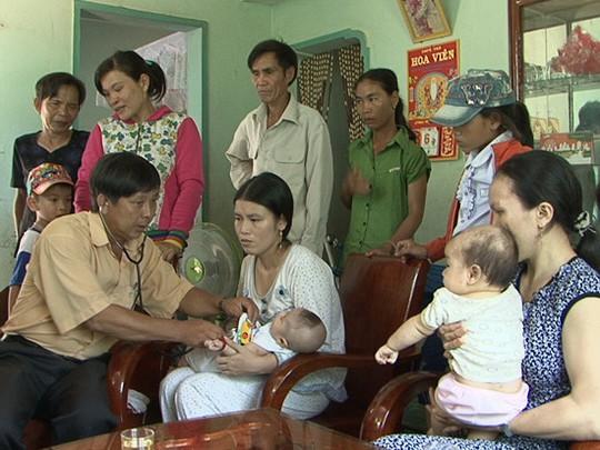 Hai đứa trẻ sau khi đưa trên núi về đang được nhân viên y tế chăm sóc. Ảnh: Báo Bình Định
