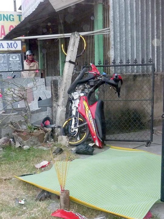 Chiếc xe máy gãy rời, treo trên trụ rào sau cú tông quá mạnh