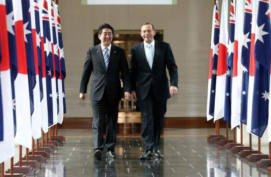 Thủ tướng Nhật Bản Shinzo Abe (trái) và người đồng cấp của Úc Tony Abbott. Ảnh: Reuters