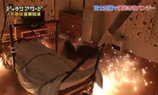 Nạn nhân bị cột chặt vào chiếc giường ngủ. Ảnh: Dailymail