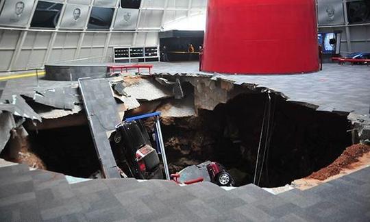 Hố tử thần nuốt 8 xe hơi tại Bảo tàng Quốc gia Corvette, Mỹ. Ảnh: ABC News