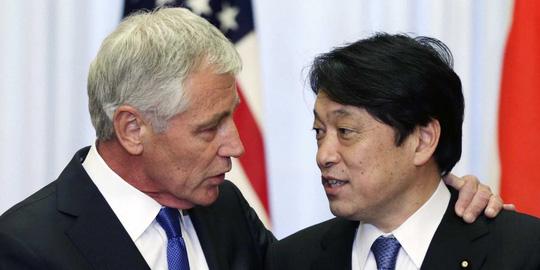 Bộ trưởng Quốc phòng Nhật Bản Itsunori Onodera (phải) và Bộ trưởng Quốc phòng Mỹ Chuck Hagel vừa gặp gỡ tại Lầu Năm Góc hôm 11-7. Ảnh: Reuters