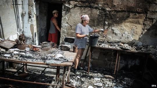 Người dân Donetsk lại phải hứng chịu các cuộc pháo kích từ quân chính phủ. Ảnh: EPA
