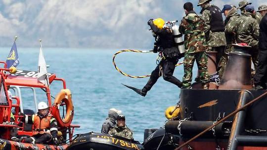 Một thợ lặn Hàn Quốc nhảy xuống biển tìm kiếm thi thể các nạn nhân trên tàu Sewol. Ảnh: AAP