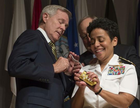 Bộ trưởng Hải quân Mỹ Ray Mabus (trái) đeo cấp hiệu 4 sao cho Đô Đốc Michelle Howard hôm 1-7. Ảnh: US Navy